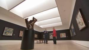 Jakob Dunkl (re.) im Gespräch mit Matthias Mühling (li.), dem Direktor der Städtischen Galerie im Lenbachhaus, über den Erweiterungsbau von Sir Norman Foster.